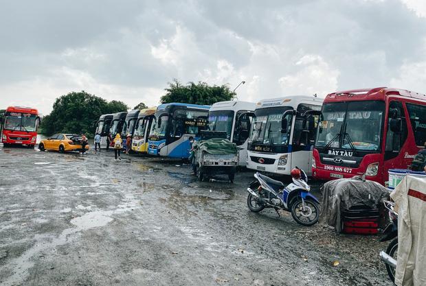 """2 bến xe lớn nhất Sài Gòn """"ngấm đòn"""" Covid-19, nhà xe hạ giá vé vì ế khách trong dịp nghỉ lễ Quốc khánh - Ảnh 7."""