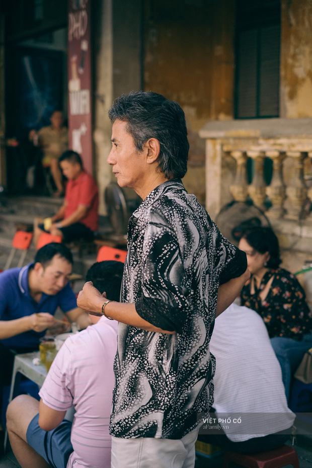 Quán phở sáng của ông chủ kỹ tính bậc nhất phố cổ Hà Nội: Dao thái thịt đố ai được động vào, vợ bán chung gần 30 năm vẫn không được đứng bếp! - Ảnh 14.