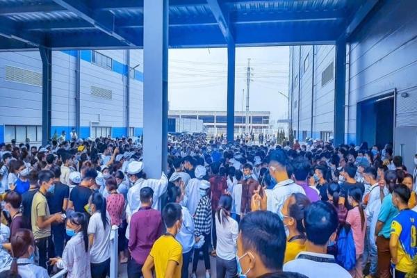 Hàng ngàn công nhân Luxshare-ICT Việt Nam đình công phản đối chính sách lương thưởng - Ảnh 1.