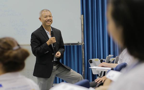 """""""Giáo sư quần đùi"""" Trương Nguyện Thành và cách giáo dục Cha Voi: cứ để con tự trải nghiệm và sửa sai"""
