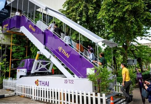 Thái Lan: Biến máy bay thành quán cà phê, có tiếp viên phục vụ để khách hàng đỡ nhớ cảm giác đi du lịch - Ảnh 2.