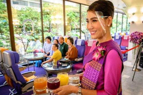 Thái Lan: Biến máy bay thành quán cà phê, có tiếp viên phục vụ để khách hàng đỡ nhớ cảm giác đi du lịch - Ảnh 4.