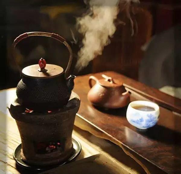 Khách hỏi mua cái ấm pha trà cũ nhưng không bán, người đàn ông ngoài 60 sau đó phải đối mặt với 1 cảnh tượng chưa từng thấy - Ảnh 1.
