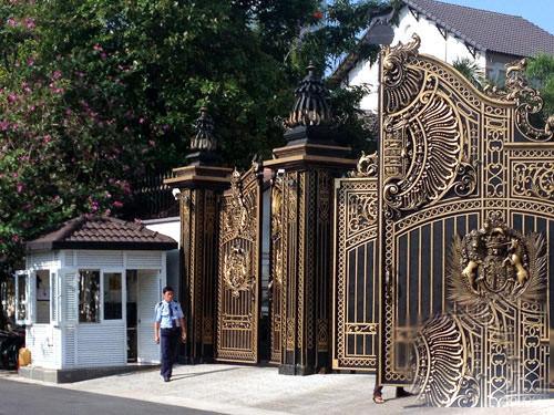 Thói quen decor nhà cửa sang chảnh của loạt CEO/tỷ phú Việt: Dát vàng từ cổng tới bên trong, đồ trang trí tiền tỉ gây choáng ngợp - Ảnh 1.