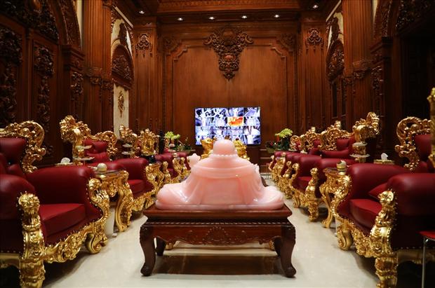 Thói quen decor nhà cửa sang chảnh của loạt CEO/tỷ phú Việt: Dát vàng từ cổng tới bên trong, đồ trang trí tiền tỉ gây choáng ngợp - Ảnh 11.