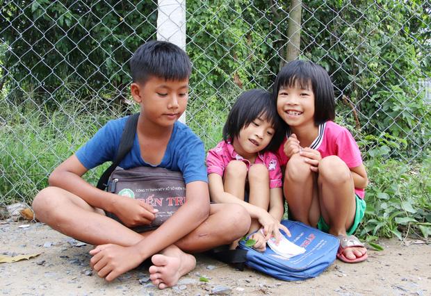 TP.HCM: Cha lấy vợ khác, mẹ bỏ đi, 4 đứa trẻ thất học đội nắng bán vé số kiếm tiền chữa bệnh cho người ông bại liệt - Ảnh 1.