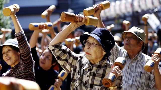 Tại sao người Nhật ăn nhiều bữa, lười tập thể dục mà tuổi thọ liên tục đứng đầu thế giới? Nhìn 3 cách họ uống nước bạn sẽ có ngay câu trả lời  - Ảnh 1.