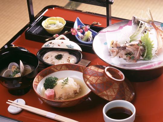 Tại sao người Nhật ăn nhiều bữa, lười tập thể dục mà tuổi thọ liên tục đứng đầu thế giới? Nhìn 3 cách họ uống nước bạn sẽ có ngay câu trả lời  - Ảnh 3.