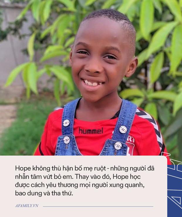 Cậu bé da đen từng bị bỏ đói suýt chết khiến thế giới rúng động ngày ấy giờ thay đổi ngoạn mục, đã thế còn đạt thành tích khó tin ở trường - Ảnh 4.