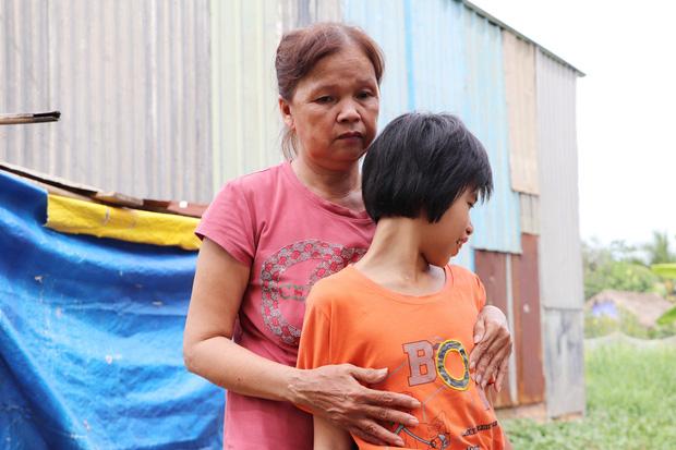 TP.HCM: Cha lấy vợ khác, mẹ bỏ đi, 4 đứa trẻ thất học đội nắng bán vé số kiếm tiền chữa bệnh cho người ông bại liệt - Ảnh 7.