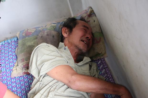 TP.HCM: Cha lấy vợ khác, mẹ bỏ đi, 4 đứa trẻ thất học đội nắng bán vé số kiếm tiền chữa bệnh cho người ông bại liệt - Ảnh 9.