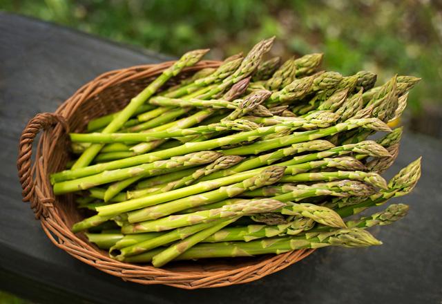 Măng tây được mệnh danh là rau hoàng đế nhưng lương y khuyến cáo có 3 nhóm người không được ăn vì sẽ rước thêm bệnh vào thân  - Ảnh 1.