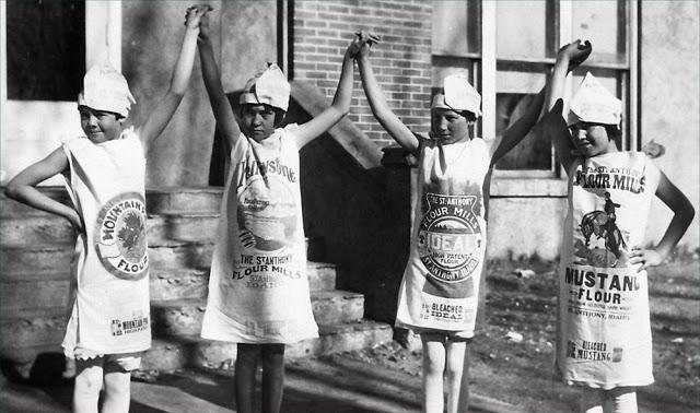 Phát hiện nhiều phụ nữ may quần áo bằng bao tải vì quá nghèo, công ty lúa mì ở Mỹ dùng vải hoa làm bao tải để mọi người có trang phục đẹp hơn - Ảnh 2.