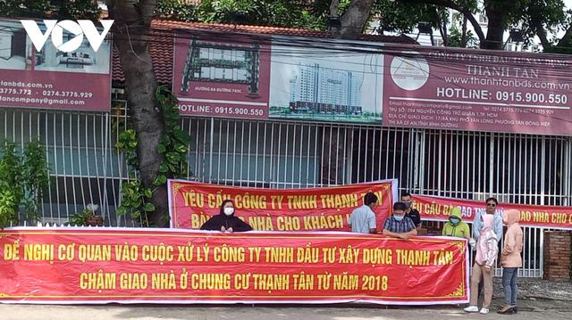 Bình Dương: Hàng chục cư dân Thạnh Tân căng băng rôn đòi bàn giao căn hộ  - Ảnh 1.