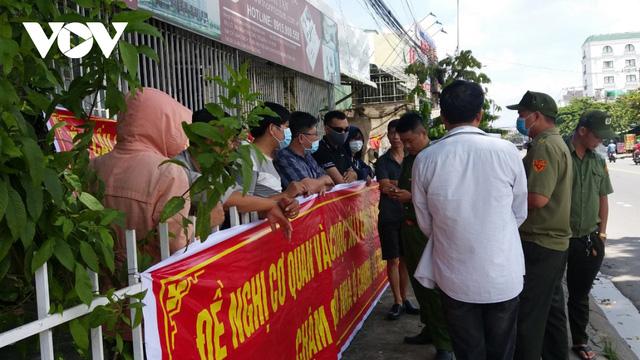 Bình Dương: Hàng chục cư dân Thạnh Tân căng băng rôn đòi bàn giao căn hộ  - Ảnh 2.