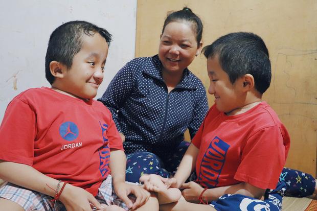 Đôi song sinh khuyết tật 14 tuổi hát cực hay, theo mẹ bán vé số khắp Sài Gòn: Cha tụi con mất rồi, chỉ còn có mẹ thôi - Ảnh 17.