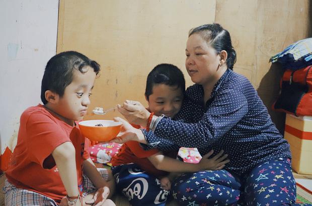 Đôi song sinh khuyết tật 14 tuổi hát cực hay, theo mẹ bán vé số khắp Sài Gòn: Cha tụi con mất rồi, chỉ còn có mẹ thôi - Ảnh 4.