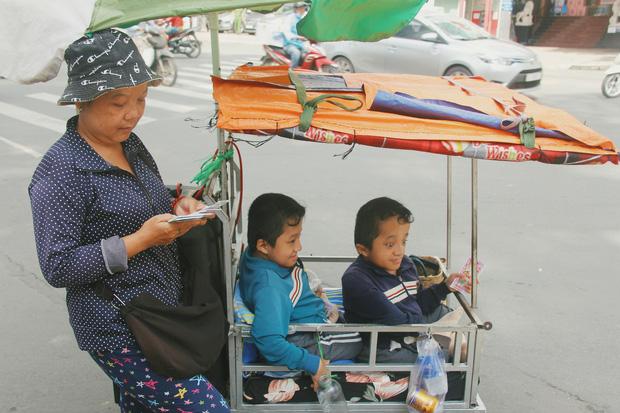 Đôi song sinh khuyết tật 14 tuổi hát cực hay, theo mẹ bán vé số khắp Sài Gòn: Cha tụi con mất rồi, chỉ còn có mẹ thôi - Ảnh 5.