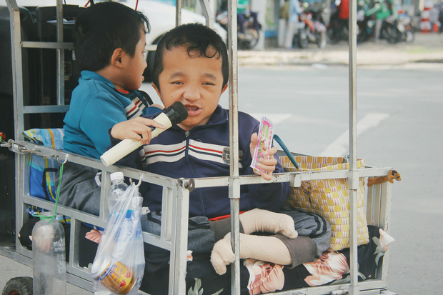 Đôi song sinh khuyết tật 14 tuổi hát cực hay, theo mẹ bán vé số khắp Sài Gòn: Cha tụi con mất rồi, chỉ còn có mẹ thôi - Ảnh 8.