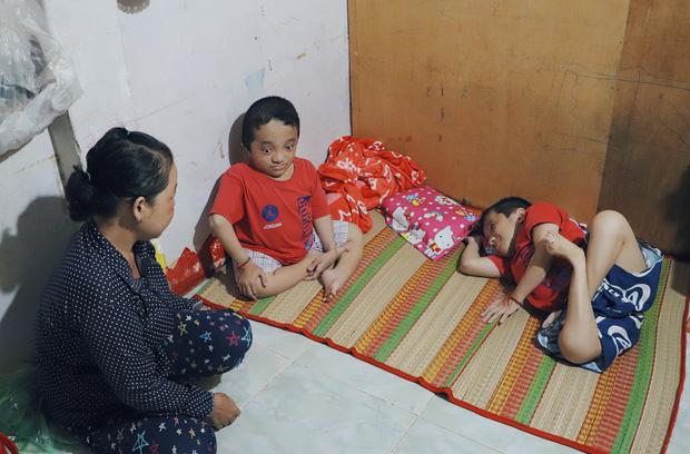 Đôi song sinh khuyết tật 14 tuổi hát cực hay, theo mẹ bán vé số khắp Sài Gòn: Cha tụi con mất rồi, chỉ còn có mẹ thôi - Ảnh 9.