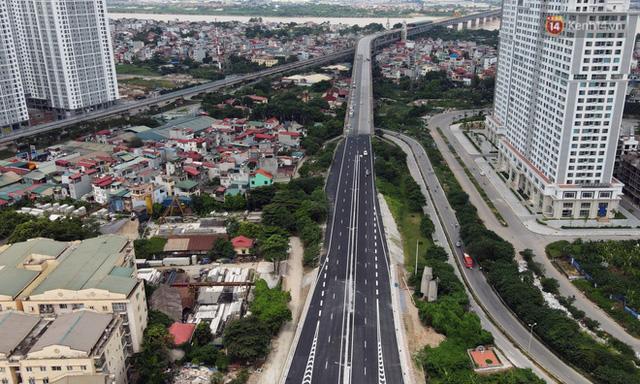 Cận cảnh cầu cạn Mai Dịch - Nam Thăng Long đã rải nhựa xong chờ ngày thông xe  - Ảnh 1.