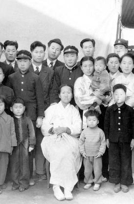 Chuyện đời như phim Hàn Quốc của nhà sáng lập đế chế tỷ USD Hyundai: Nghèo đói, tai nạn, chiến tranh đều không khuất phục được ý chí khởi nghiệp - Ảnh 1.