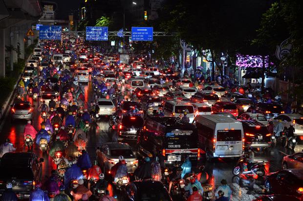 Đường phố Hà Nội đang ùn tắc kinh hoàng hàng giờ liền sau trận mưa lớn, dân công sở kêu trời vì không thể về nhà - Ảnh 1.