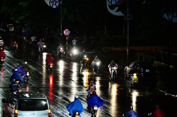 Đường phố Hà Nội đang ùn tắc kinh hoàng hàng giờ liền sau trận mưa lớn, dân công sở kêu trời vì không thể về nhà - Ảnh 7.