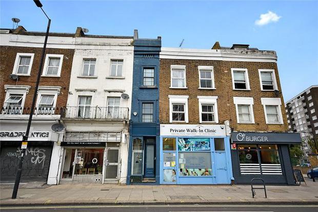 Ngôi nhà hẹp nhất London gây tranh cãi lớn khi rao bán với giá tận hơn 30 tỷ đồng, ai cũng tò mò liệu bên trong chứa kho báu gì không - Ảnh 1.