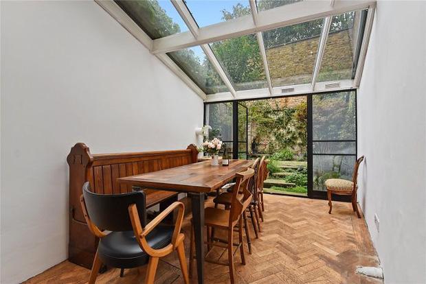 Ngôi nhà hẹp nhất London gây tranh cãi lớn khi rao bán với giá tận hơn 30 tỷ đồng, ai cũng tò mò liệu bên trong chứa kho báu gì không - Ảnh 2.