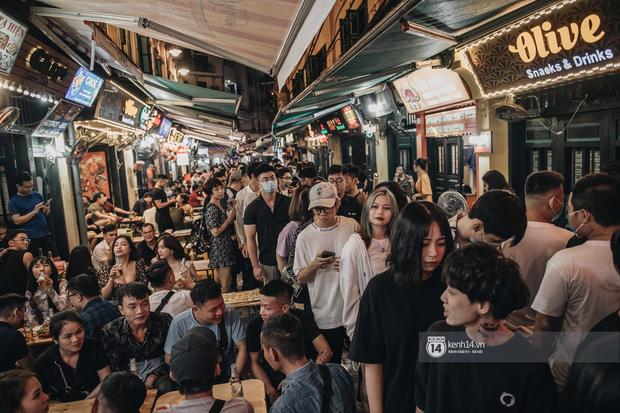 Hà Nội: Các quán bar tại Tạ Hiện quá đông ngày hoạt động trở lại, quận Hoàn Kiếm yêu cầu tạm dừng hoạt động, bổ sung các biện pháp phòng chống dịch - Ảnh 1.