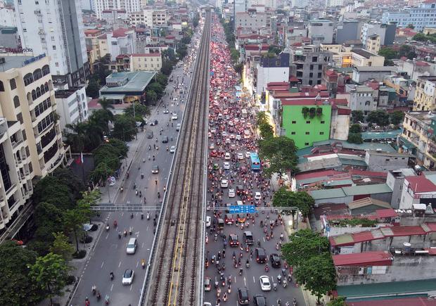 Nhiều tuyến đường Hà Nội ùn tắc do cơn giông đang kéo đến - Ảnh 9.