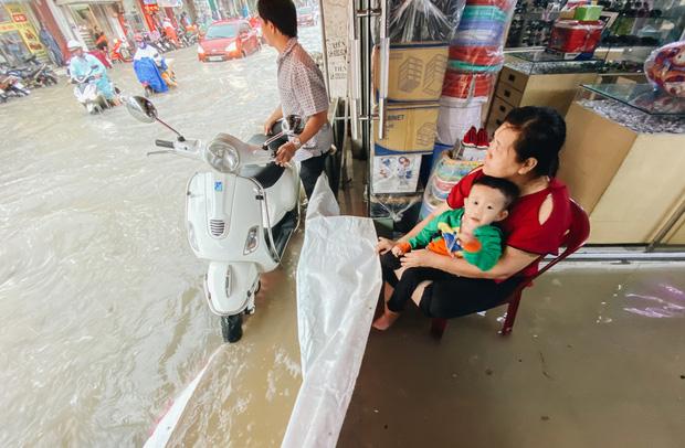 """TP.HCM: Chợ Thủ Đức ngập nặng từ trong ra ngoài do mưa lớn, nhiều tiểu thương """"khóc ròng"""" - Ảnh 11."""