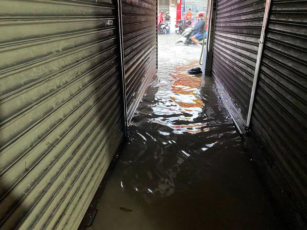 """TP.HCM: Chợ Thủ Đức ngập nặng từ trong ra ngoài do mưa lớn, nhiều tiểu thương """"khóc ròng"""" - Ảnh 12."""