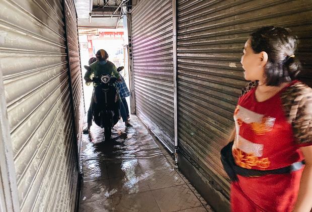 """TP.HCM: Chợ Thủ Đức ngập nặng từ trong ra ngoài do mưa lớn, nhiều tiểu thương """"khóc ròng"""" - Ảnh 17."""