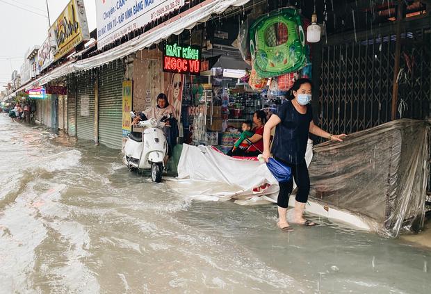 """TP.HCM: Chợ Thủ Đức ngập nặng từ trong ra ngoài do mưa lớn, nhiều tiểu thương """"khóc ròng"""" - Ảnh 18."""