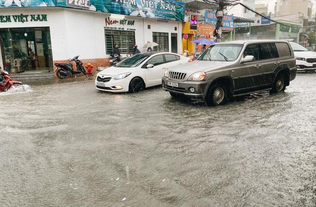 """TP.HCM: Chợ Thủ Đức ngập nặng từ trong ra ngoài do mưa lớn, nhiều tiểu thương """"khóc ròng"""" - Ảnh 5."""