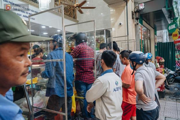 Đến hẹn lại lên: Người Hà Nội kiên nhẫn xếp hàng dài đợi mua bánh Trung thu Bảo Phương  - Ảnh 2.