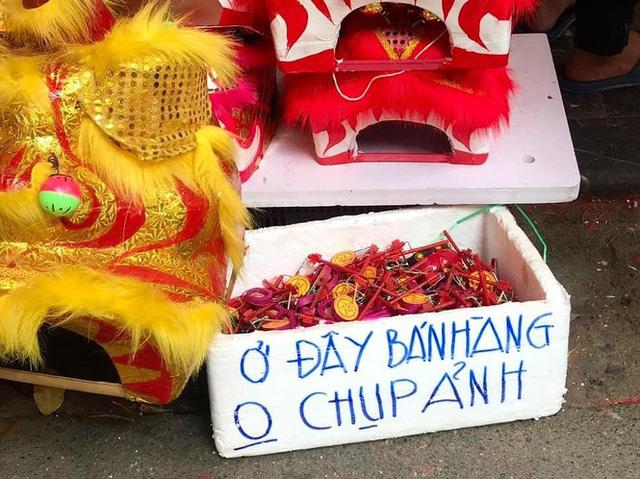 Nhiều chủ quán trên phố Hàng Mã bị xử lý vì treo biển thu tiền chụp ảnh  - Ảnh 2.