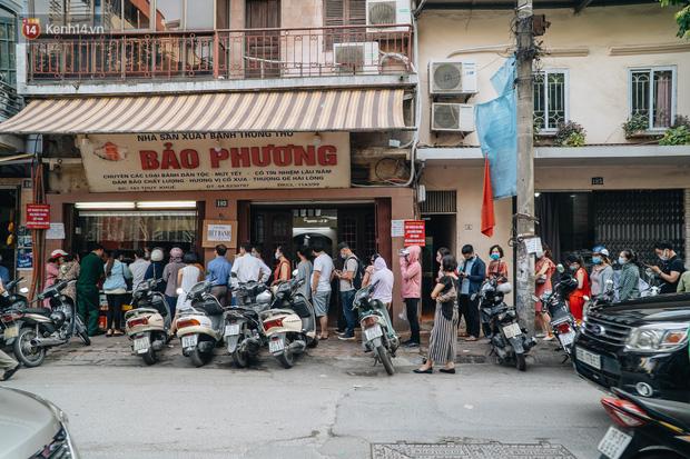 Đến hẹn lại lên: Người Hà Nội kiên nhẫn xếp hàng dài đợi mua bánh Trung thu Bảo Phương  - Ảnh 11.