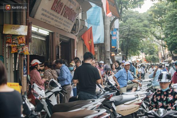 Đến hẹn lại lên: Người Hà Nội kiên nhẫn xếp hàng dài đợi mua bánh Trung thu Bảo Phương  - Ảnh 13.