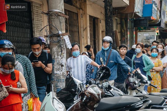 Đến hẹn lại lên: Người Hà Nội kiên nhẫn xếp hàng dài đợi mua bánh Trung thu Bảo Phương  - Ảnh 14.