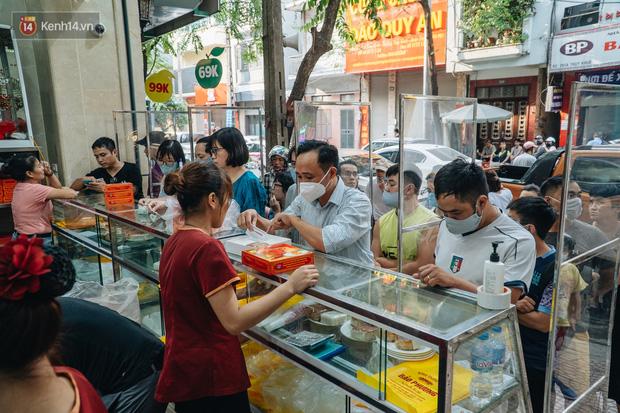 Đến hẹn lại lên: Người Hà Nội kiên nhẫn xếp hàng dài đợi mua bánh Trung thu Bảo Phương  - Ảnh 3.