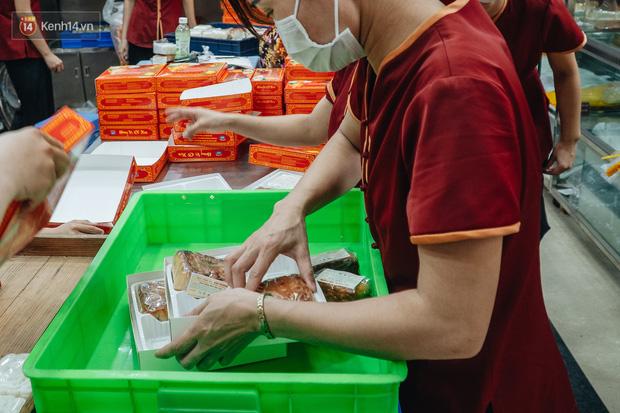 Đến hẹn lại lên: Người Hà Nội kiên nhẫn xếp hàng dài đợi mua bánh Trung thu Bảo Phương  - Ảnh 4.