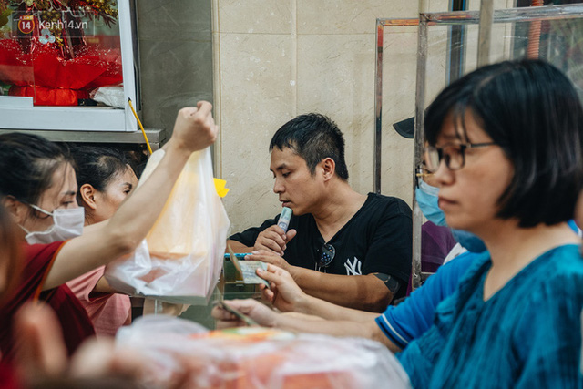 Đến hẹn lại lên: Người Hà Nội kiên nhẫn xếp hàng dài đợi mua bánh Trung thu Bảo Phương  - Ảnh 6.