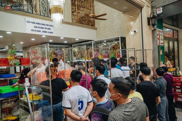 Đến hẹn lại lên: Người Hà Nội kiên nhẫn xếp hàng dài đợi mua bánh Trung thu Bảo Phương  - Ảnh 8.