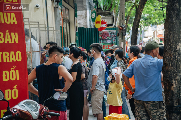 Đến hẹn lại lên: Người Hà Nội kiên nhẫn xếp hàng dài đợi mua bánh Trung thu Bảo Phương  - Ảnh 9.