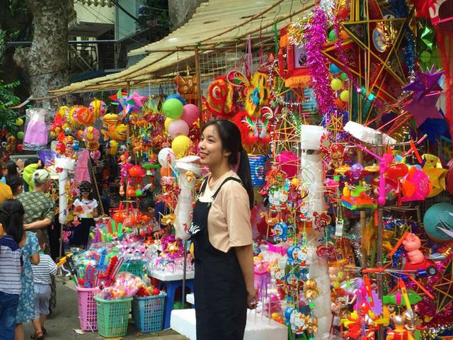 Nhiều chủ quán trên phố Hàng Mã bị xử lý vì treo biển thu tiền chụp ảnh  - Ảnh 9.