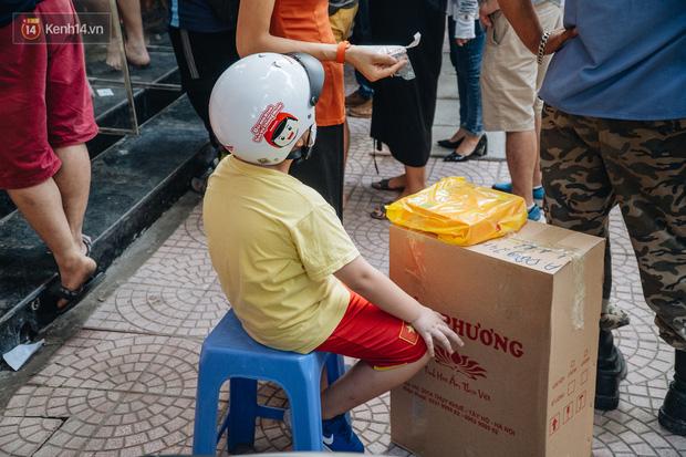Đến hẹn lại lên: Người Hà Nội kiên nhẫn xếp hàng dài đợi mua bánh Trung thu Bảo Phương  - Ảnh 10.
