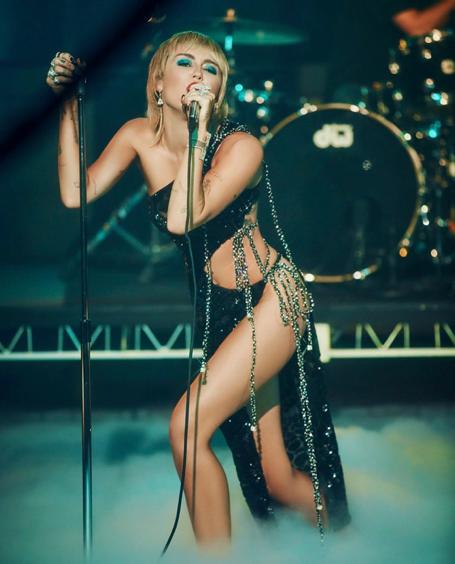 Jennifer Lopez diện thiết kế xuyên thấu của nhà mốt Công Trí  - Ảnh 4.